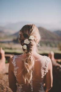 bruidskapsel vlecht met bloemen